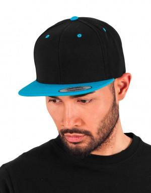 Klasikinė dvispalvė beisbolo kepuraitė su dideliu plokščiu snapeliu ir reguliuojamu dirželiu gale