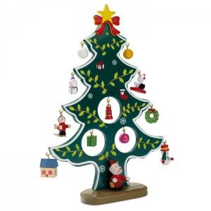 Medinė kalėdinė eglutė su dekoracijomis